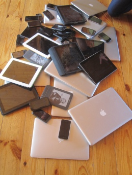 Big 'ol pile of devices. Brad Frost on Flikr. https://www.flickr.com/photos/brad_frost/6165258630